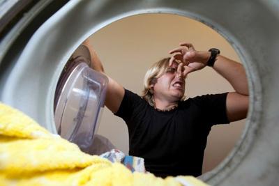 بررسی ماشین لباسشوی برای بهترین روش برای از بین بردن بوی بد لباس