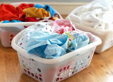 تفکیک لباس ها برای جلوگیری از رنگ پس دادن لباس