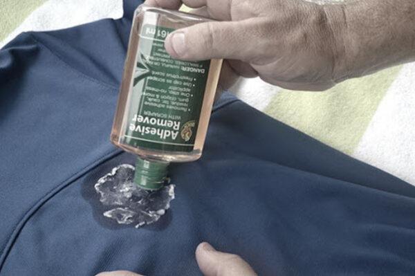 استفاده از شوینده برای پاک کردن چسب از روی لباس