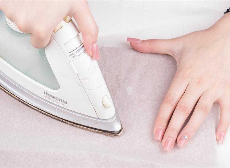 پاک کردن چسب از روی لباس با استفاده از اتو