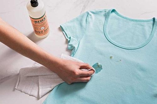 پاک کردن لکه غذا از روی لباس